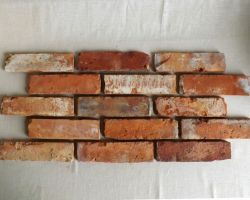 Essecke Lounge Wohnzimmer Wandgestaltung antike Ziegelsteine rustikale Klinker Mauersteine Backsteine Verblender Fliese klassisch rot