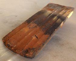 alte Biber Dachpfannen rustikale Dachdeckung Biberschwanz recycelte wiederverwendete Dachziegel antik traditionelle Dachsteine Ton Nachhaltig kreative Gartendeko