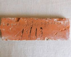Inschrift Stein Wand Verkleidung Deko orig alter Ziegel Backstein Feldbrand Gründer Zeit