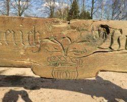 Torbogen, Spruchbalken, Inschriftbalken